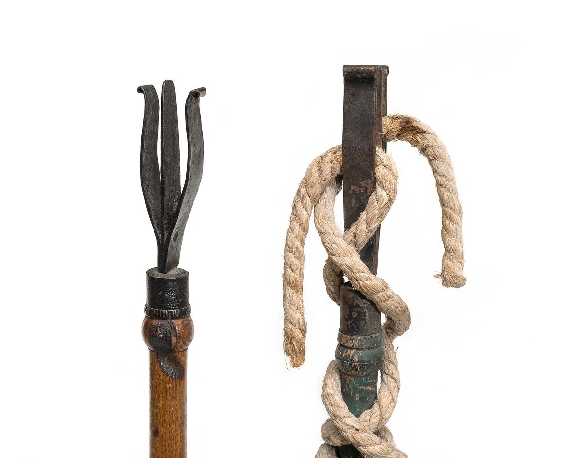 Luntbalja av trä med två järnband och två handtag av järn. Över baljan finns tvärslå med två hål för luntstakar. I botten under slån förstärkning med fördjupning för laddstakarnas ändar.