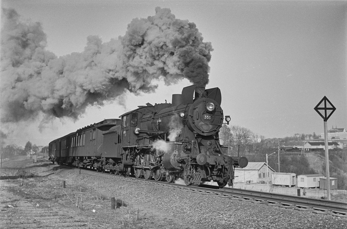 Forstadstog nr. 1728 fra Trondheim kl 1620 til Støren. Toget stoppet på alle stasjoner og holdeplasser og brukte 1 1/2 time til Støren. Toget trekkes av damplokomotiv 30b nr. 359.