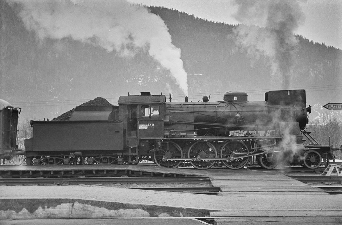 Dagtoget fra Trondheim til Oslo Ø over Røros, tog 302, på Støren stasjon. Toget trekkes av damplokomotiv type 30b nr. 350.