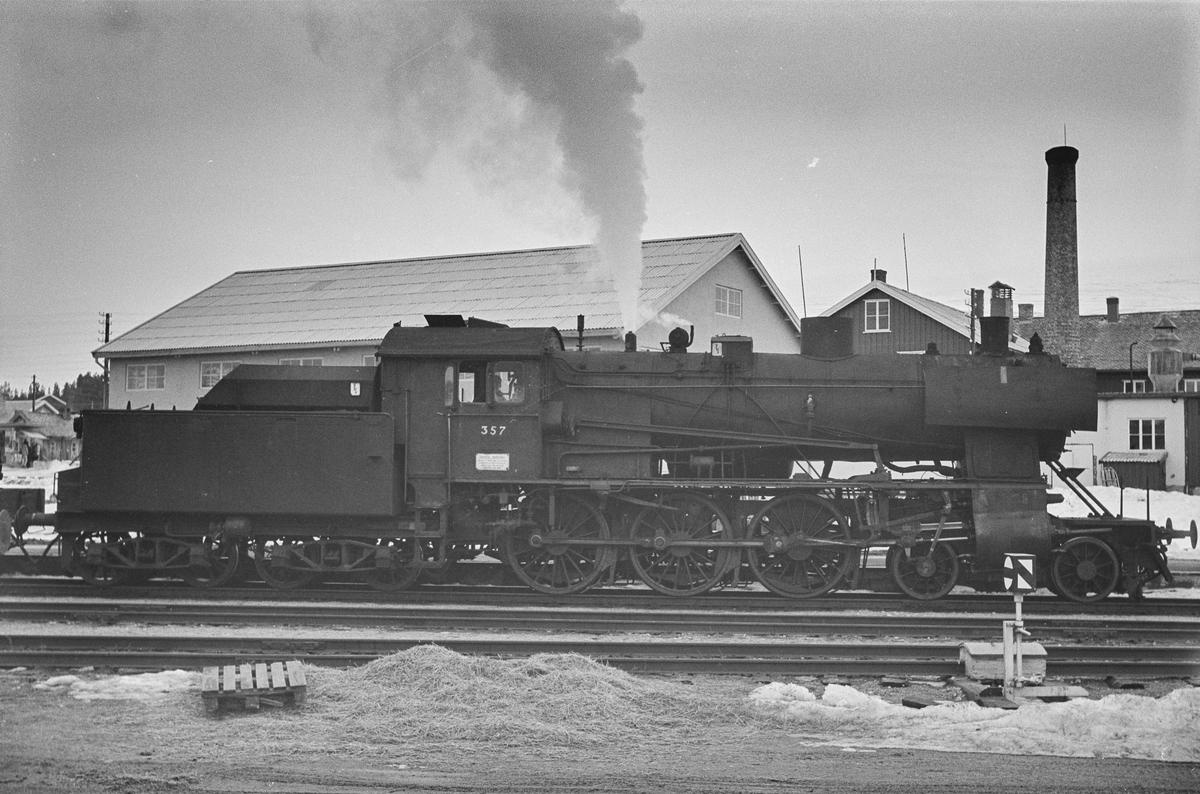Underveisgodstog til Hamar på Os stasjon. Toget trekkes av damplokomotiv type 30b nr. 357.