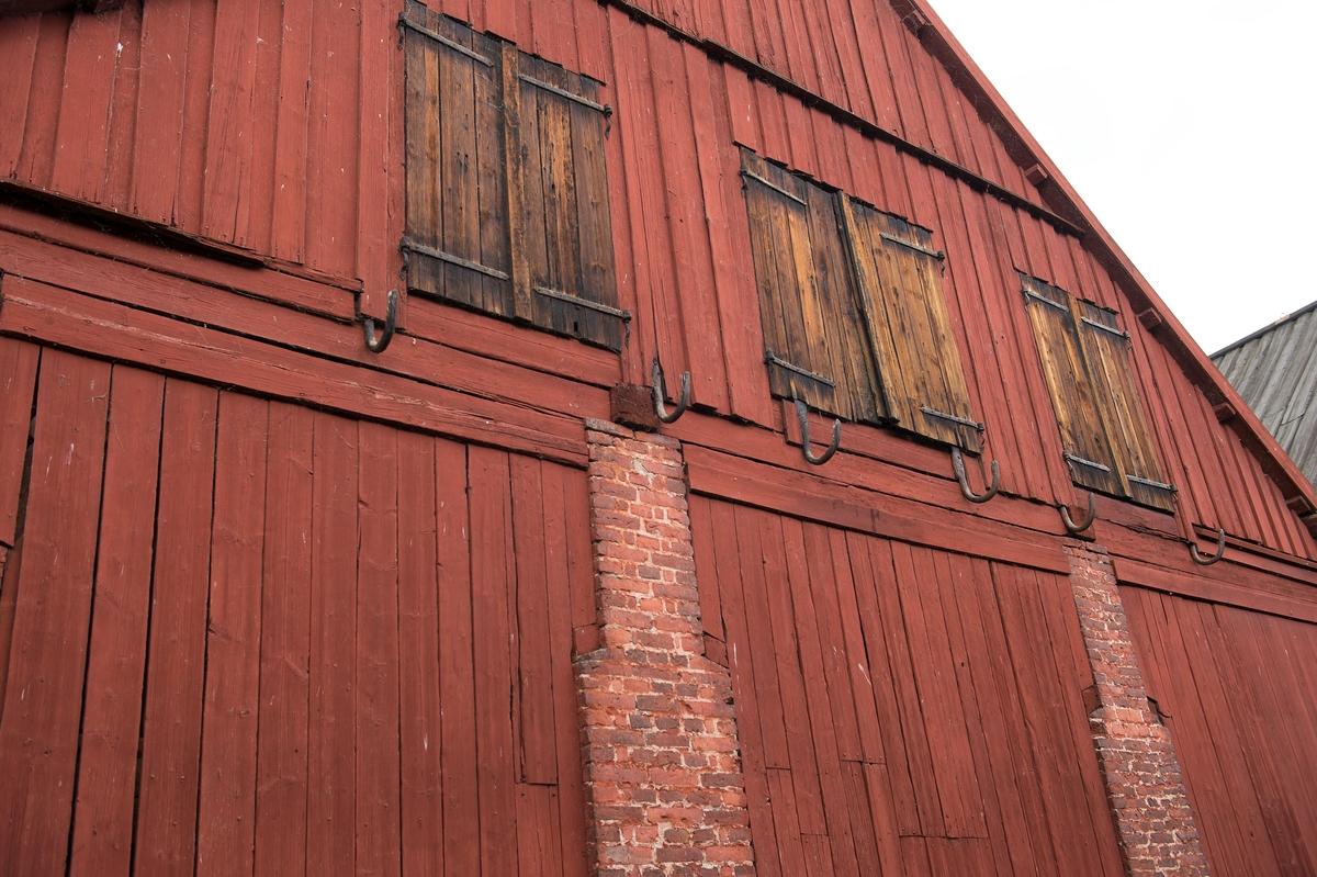 Fotodokumentation av byggnader på Lindholmen i Karlskrona.                Skjul för förvaring av ekvirke. Skjul 13, 14, 15, ritades av överstelöjtnant-mekanikus Jonas Lindströmer. Byggnaderna uppfördes omkring sekelskiftet 1800.