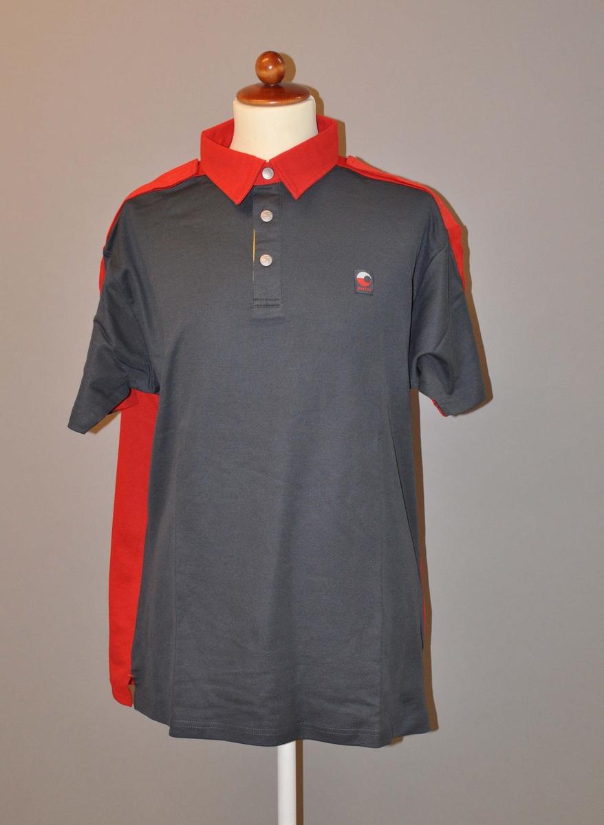 """Kortermet uniformsskjorte av typen """"tennisskjorte"""" i størrelse XL"""