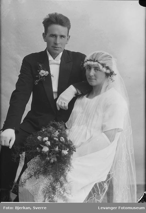 Portrett av et brudepar. mann heter Johan alstad brudens navn er ukjent