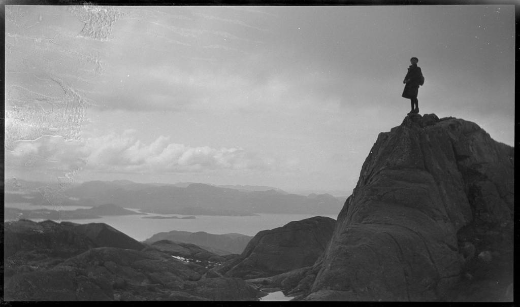 Gutter på tur til fjells og ved et vann, i området nord for innseilingen til Lysefjorden.
