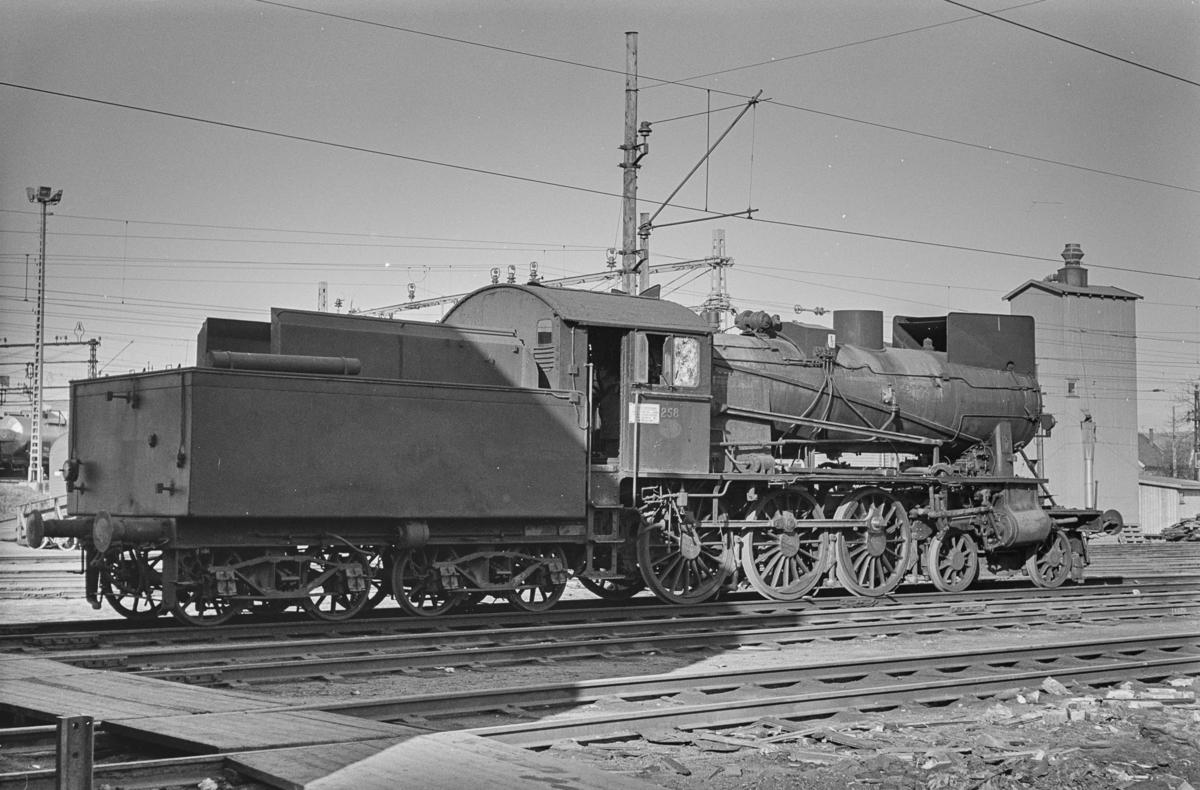 Utrangert damplokomotiv type 30a nr. 258 på Lillestrøm stasjon. Lokomotivet avventer opphugging.