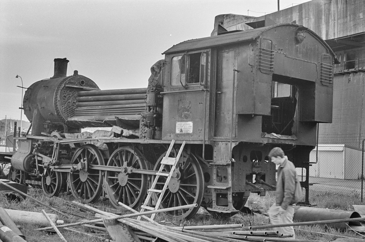 Utrangert damplokomotiv type 30a nr. 272 under opphugging på Nyhavna i Trondheim.