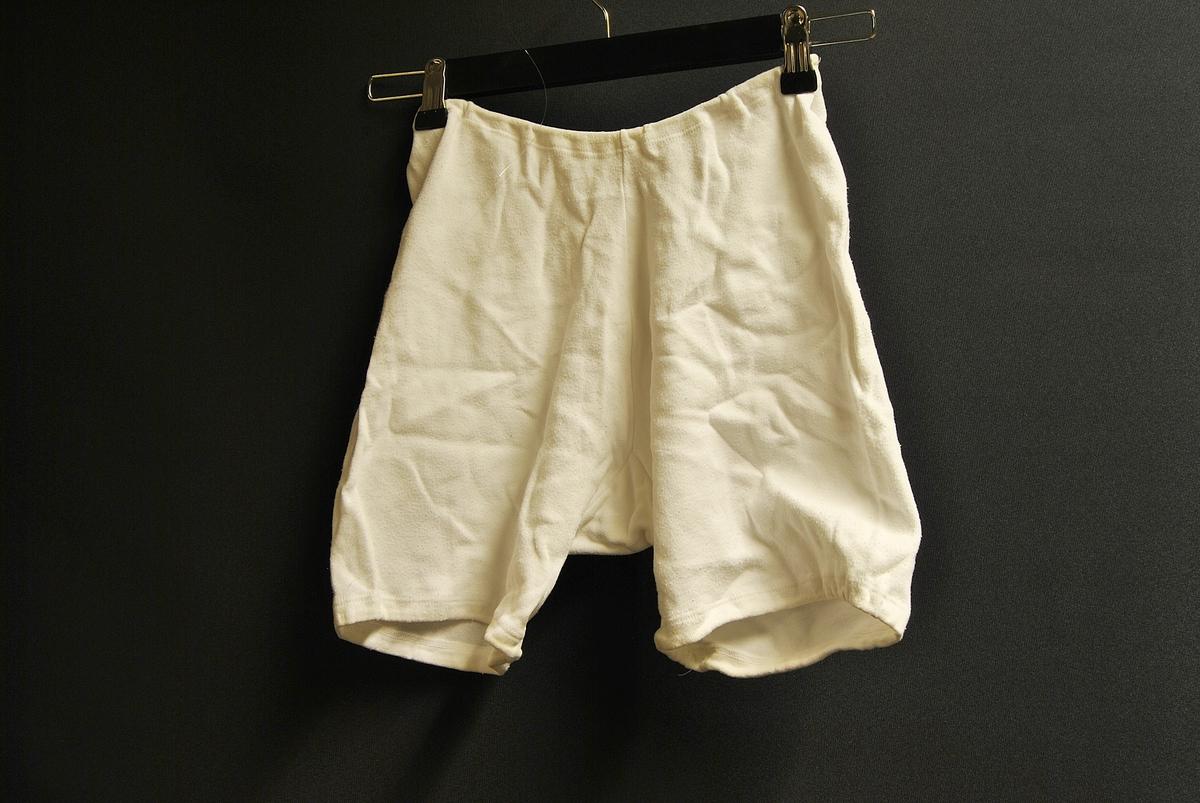 Hvit underbukse i bomull. Går litt ned på lårene.