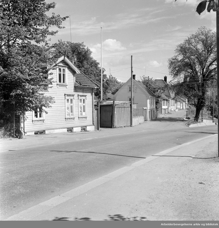Vålerenga. Idylliske hus må vike for industrien. Juli 1963