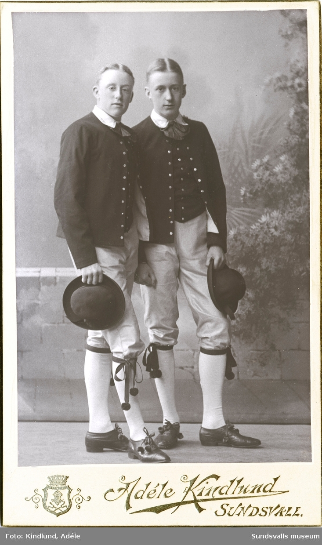 Bröderna Oscar (t v) och Nils Knaust iklädda folkdräkter. Oscar blev senare hotellchef för hotell Knaust och Nils blev kemiingenjör för Fosfatbolaget i Ljungaverk.