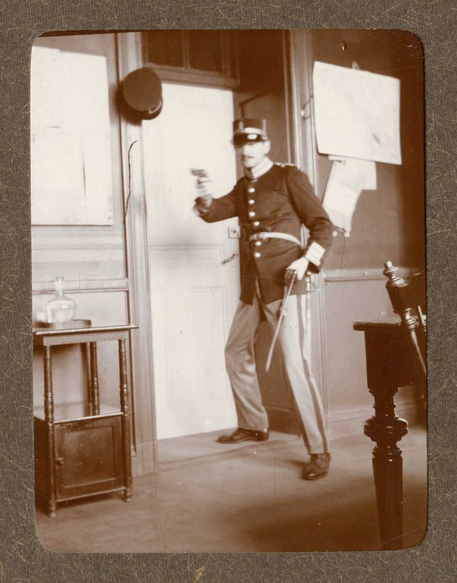 Soldat vid Göta livgarde I 2 poserar med pistol.