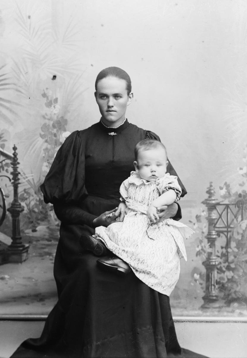 Portrett av Oliana Stendahlen med et lite barn.