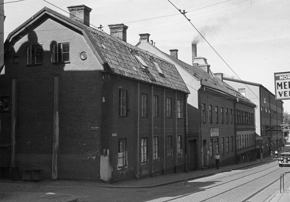 Parti av Västra Kungsgatan i Norrköping. Vy mot norr. Närmast ligger Västra Kungsgatan 12 i dåvarande kvarteret Nedre Segern, dagens Kopparhammaren. Huset kallas Stadsarkitekthuset då Norrköpings första stadsarkitekt Carl Theodor Malm bott här.