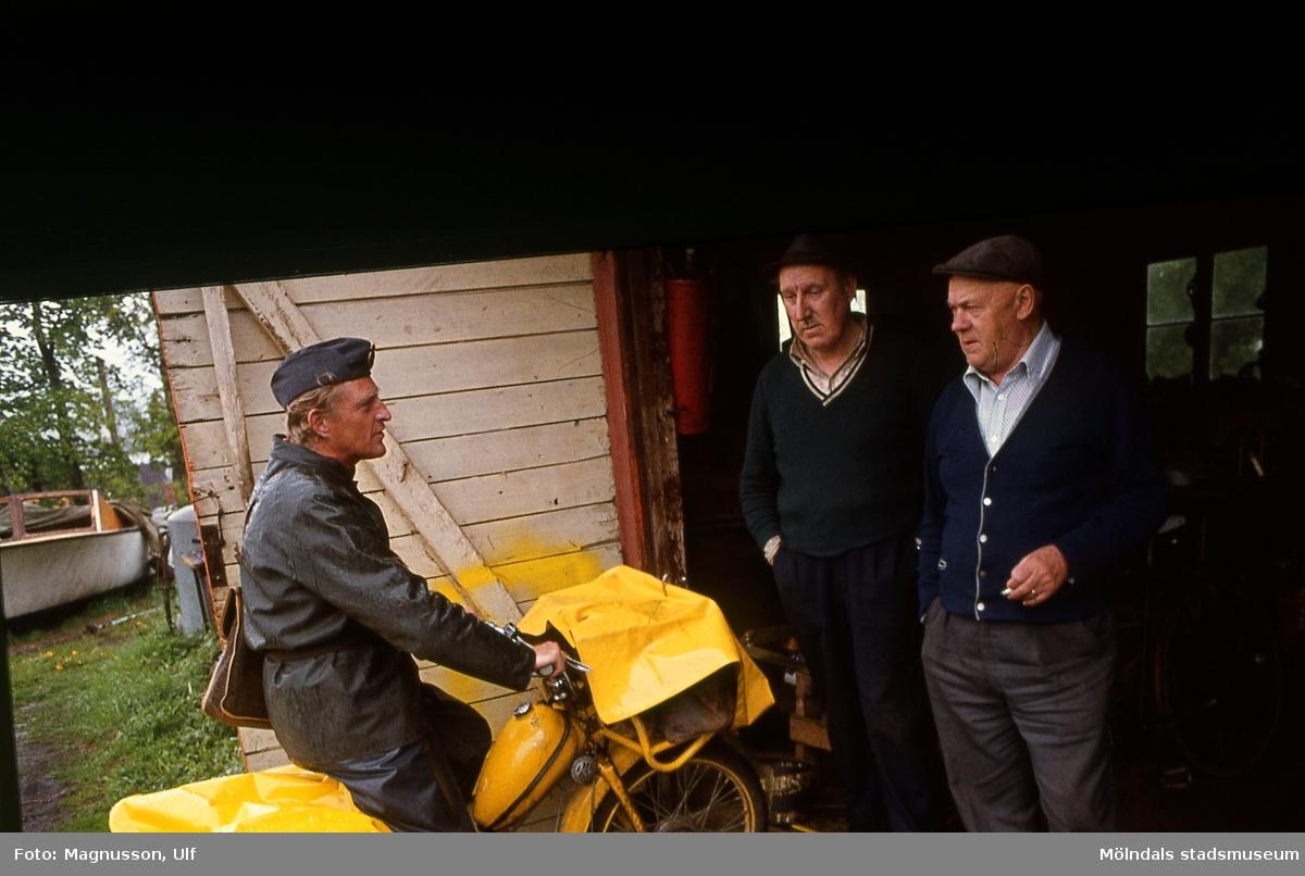 Lantbrevbärare Åke Mattsson lämnar post till Holger Larsson vid dennes smedja på Taljegården i Mölndal. Till höger fiskhandlare Henning Karlsson, avstyckning Riskulla, Balltorp.