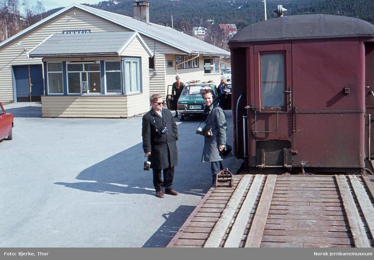 Finneid stasjon med reisende til Sulitjelma, jernbaneentusiastene Ulf Berntsen og Arne-Magnus Waaler