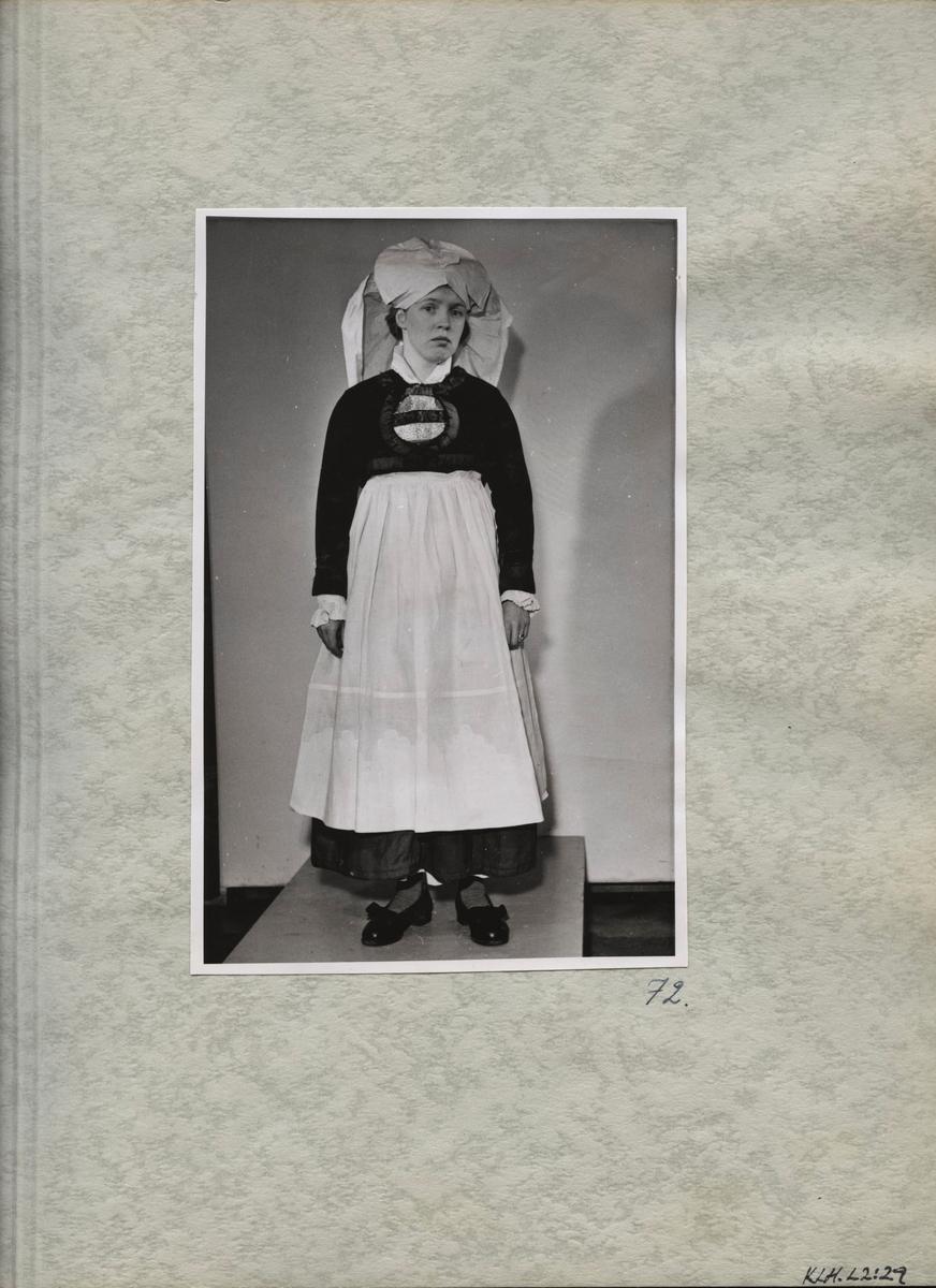 Kartongark med fotografi av kvinnodräkt.