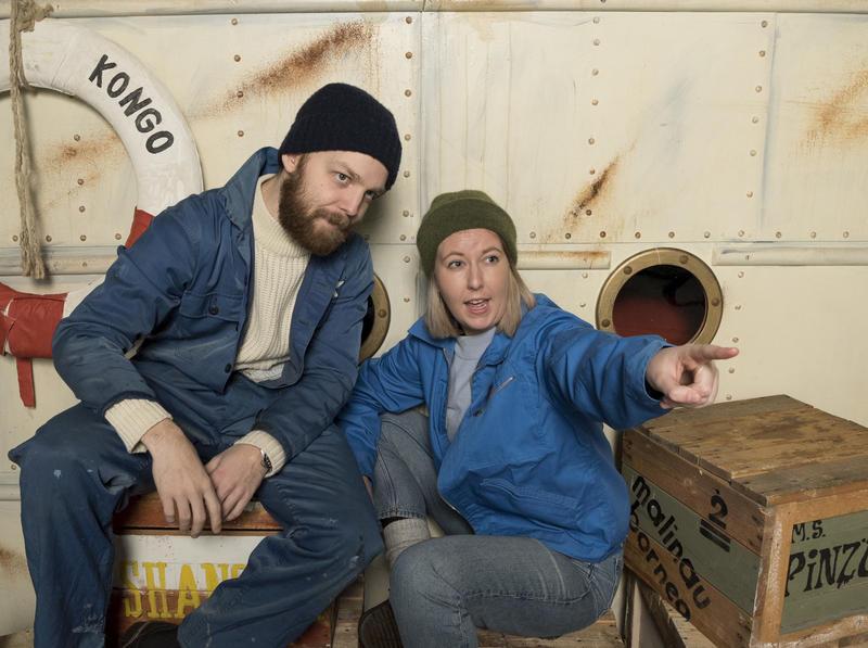 """Skuespillere Preben Rongve og Kristine Grændsen spiller i """"Mellom jungel og hav"""". Kristine peker på noe, Preben ser i samme retning."""