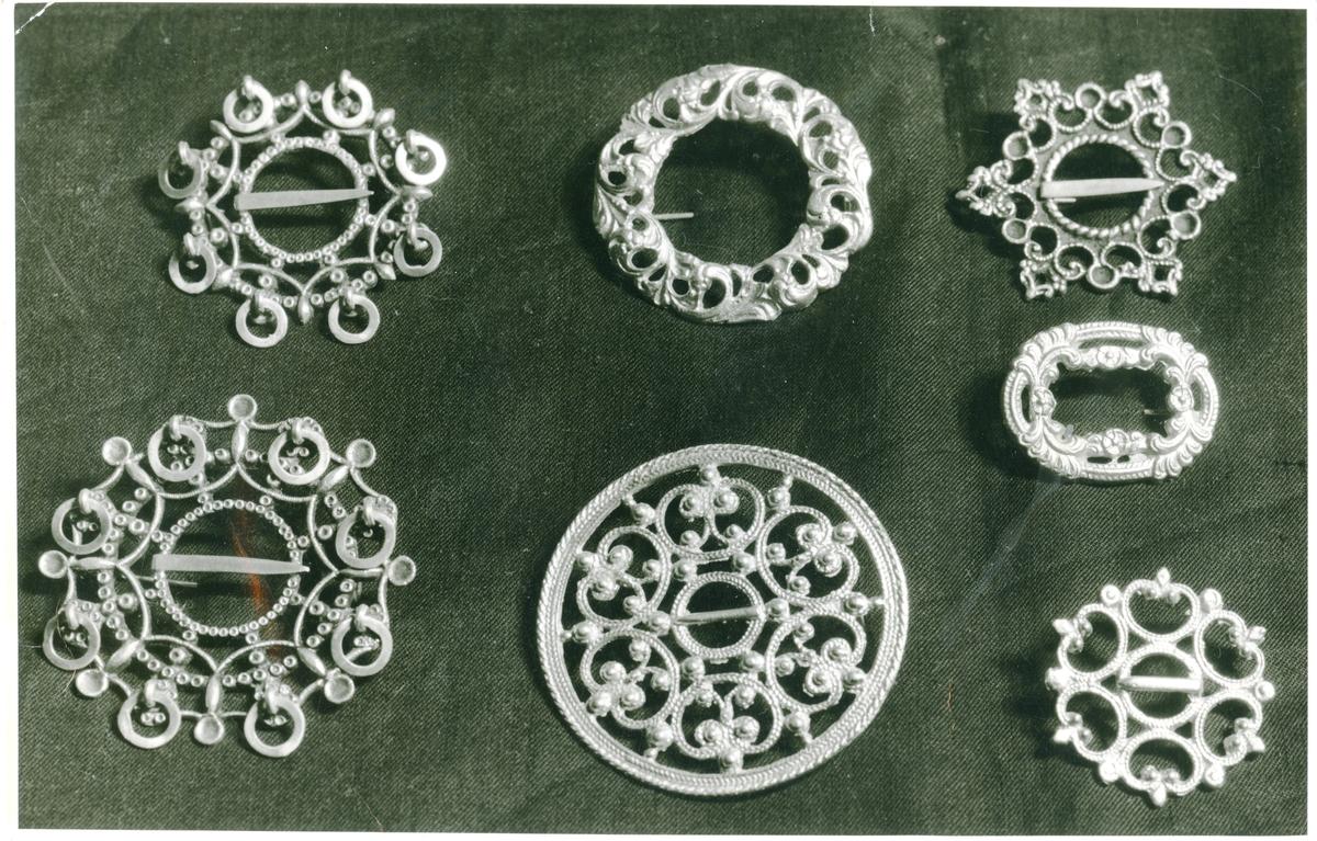 Brystnåler i sølv.