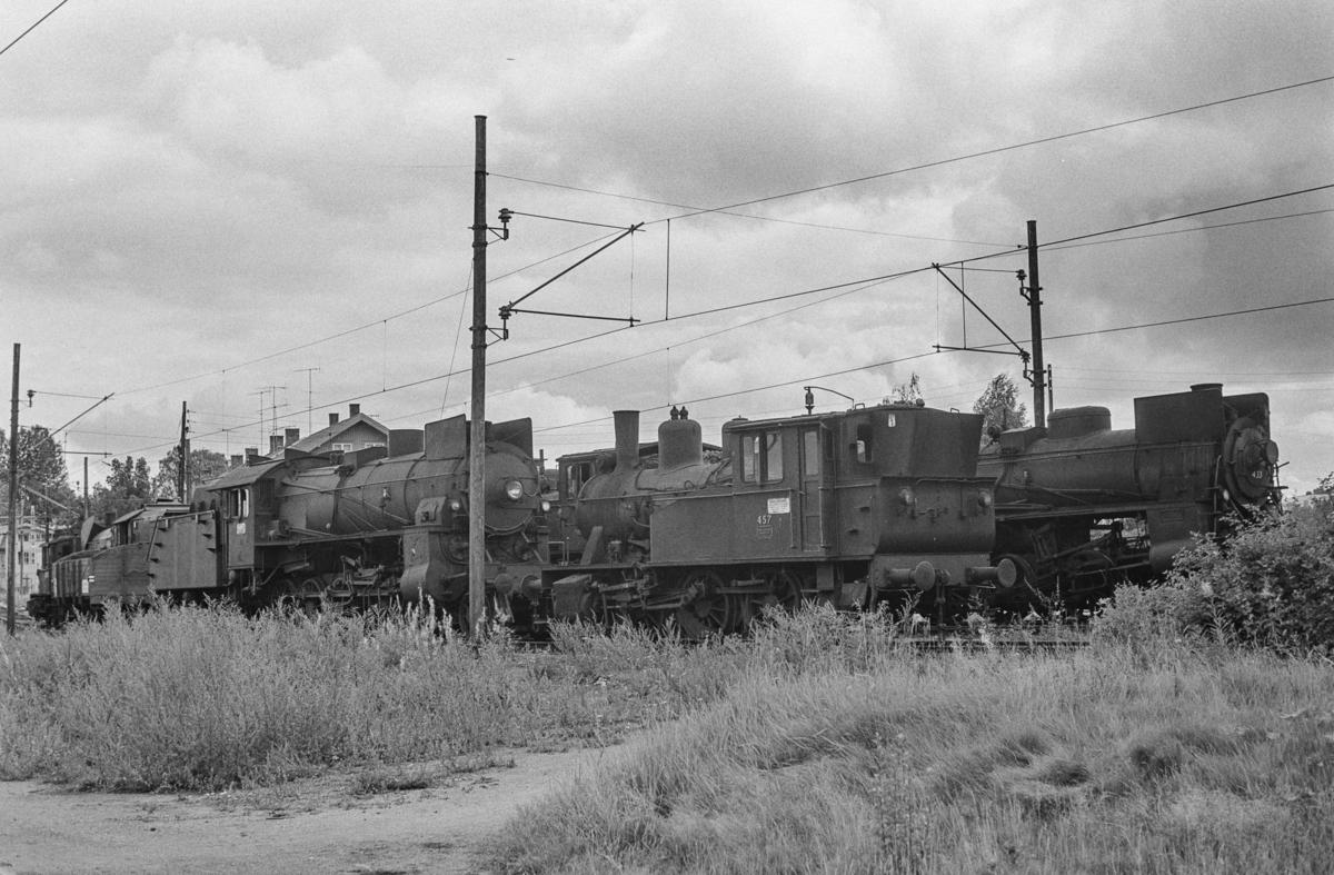 Utrangerte damplokomotiver på Lillestrøm stasjon. Lokomotivene er hensatt og venter på å bli hugget opp.