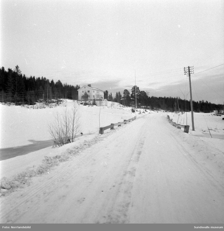 Landsvägen genom Sörböle i Attmar. Till vänster fastigheten Sörböle 2:11.