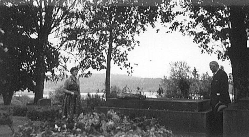 Sigyn Erligh och finske folkloristen fil.dr Rafael Sugelberg från Helsingfors, vid Selma Lagerlöfs grav på Östra Ämterviks kyrkogård.