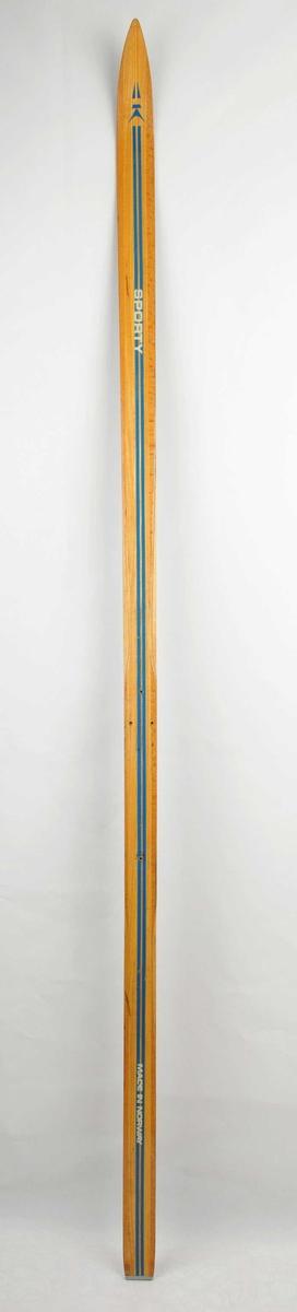 Langrennski laga av tre. Trekvit overflate, blå dekorstriper. Det er bora hol til binding, 3 framme og eit bak. Metallbeslag på baktupp..