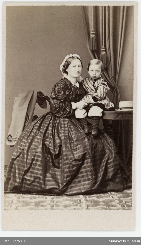 Porträtt på Allona Bünsow med sonen Robert (född 1861), Alona var maka till sågverkspatronen Friedrich Bünsow.