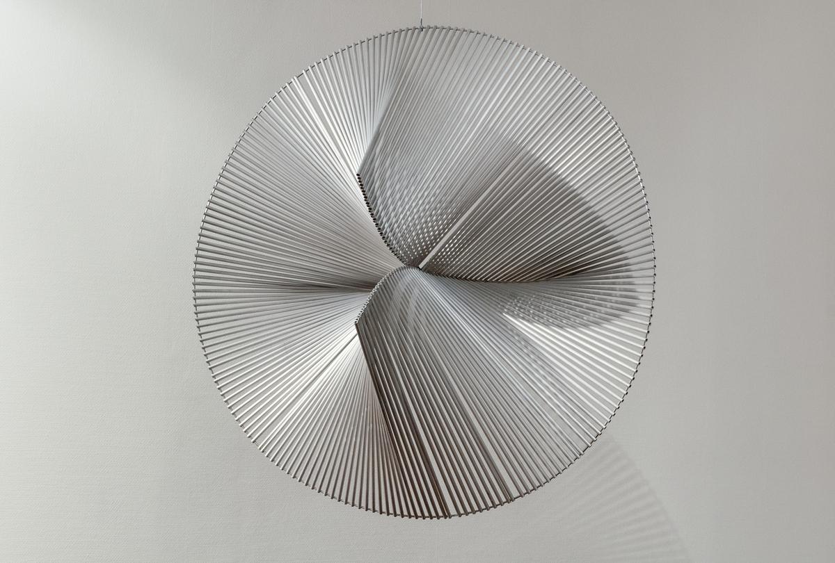 Hängande skulptur i aluminium av Bertil Herlov Svensson: Sektorial laboration II. En geometriskt konstruerad sektorkonstruktion av aluminium-ribbor.