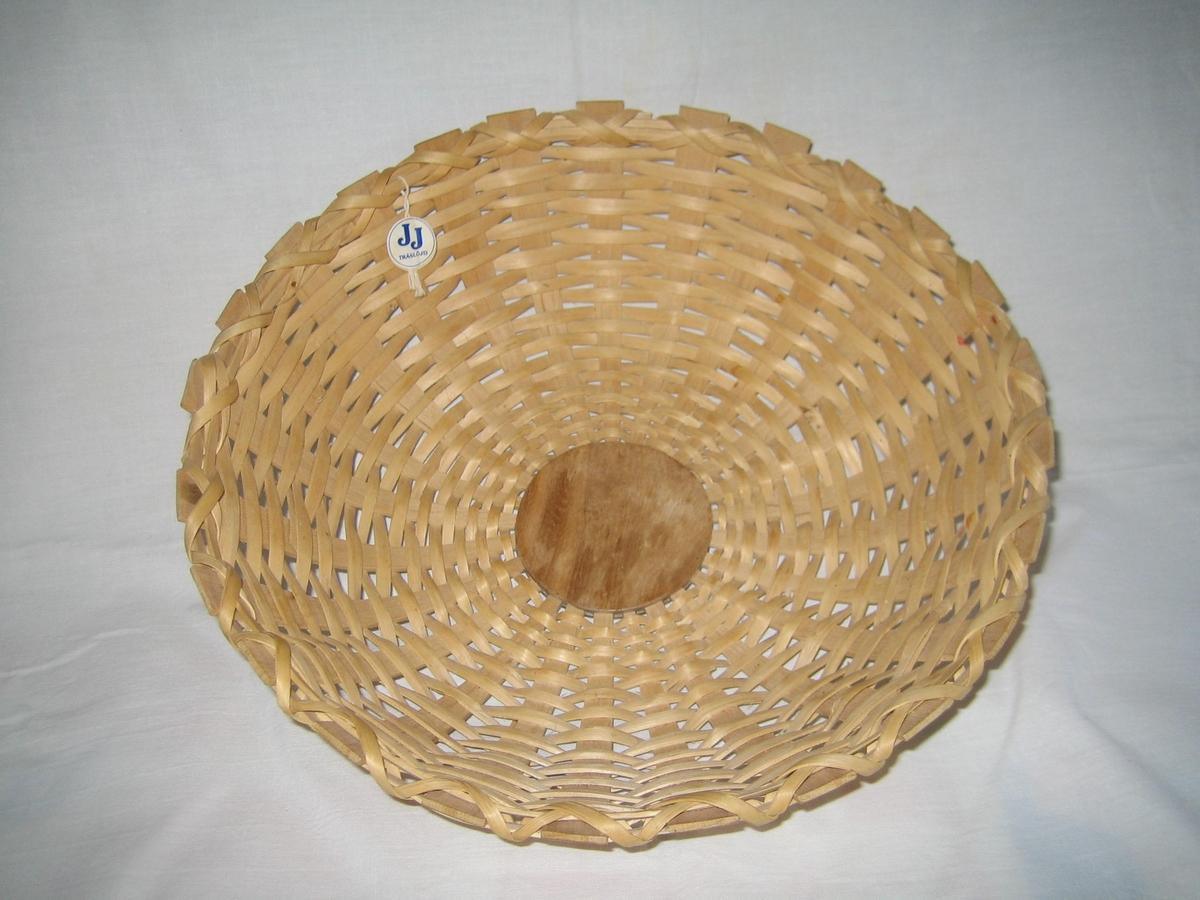 Rund brödkorg med träplatta i botten flätad av hassel och avslutad i övre knten med kryss