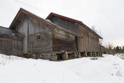 Driftsbygningen med laftet stall. Foto: Thore Bakk, Follo museum/MiA (Foto/Photo)