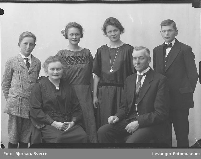 Gruppebilde av Familien Floan fornavn ukjent