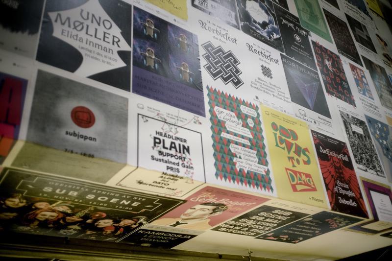 Trappen ned til kjelleren i Sub er tapetsert med konsertplakater fra Sub Scene. Foto: Rockheim/Marthe Amanda Vannebo. (Foto/Photo)
