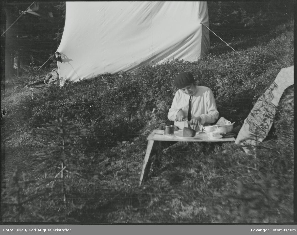 Fra Mosvika Verranområdet, telting på gammel tomt, Jenny skjærer brød.