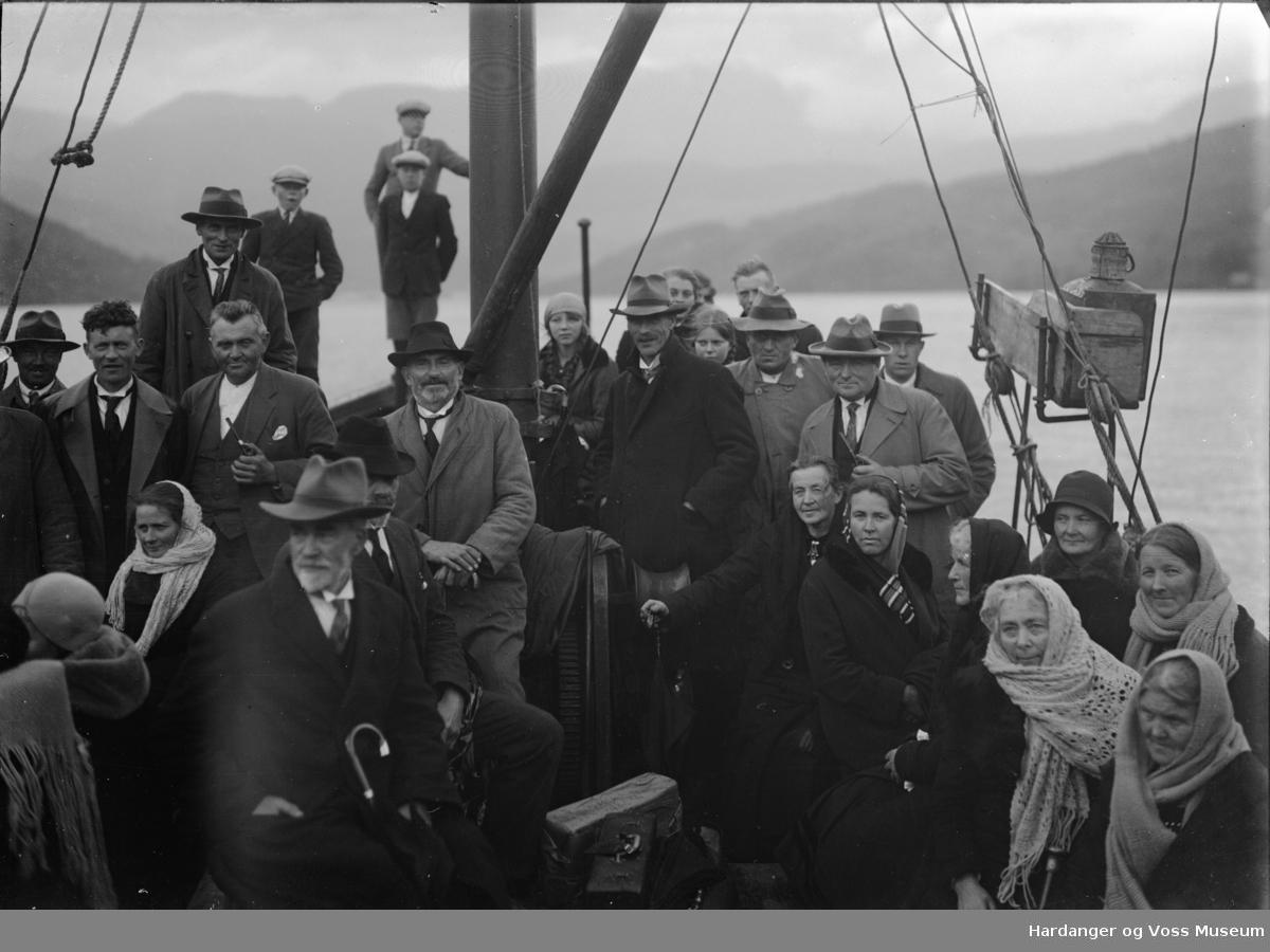 Gravferd, Guro H. Osa med mykje folk ombord i ein båt