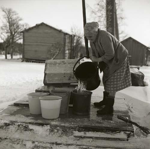 Vattenhämtning vid vindan Fredagsberget december 1964.