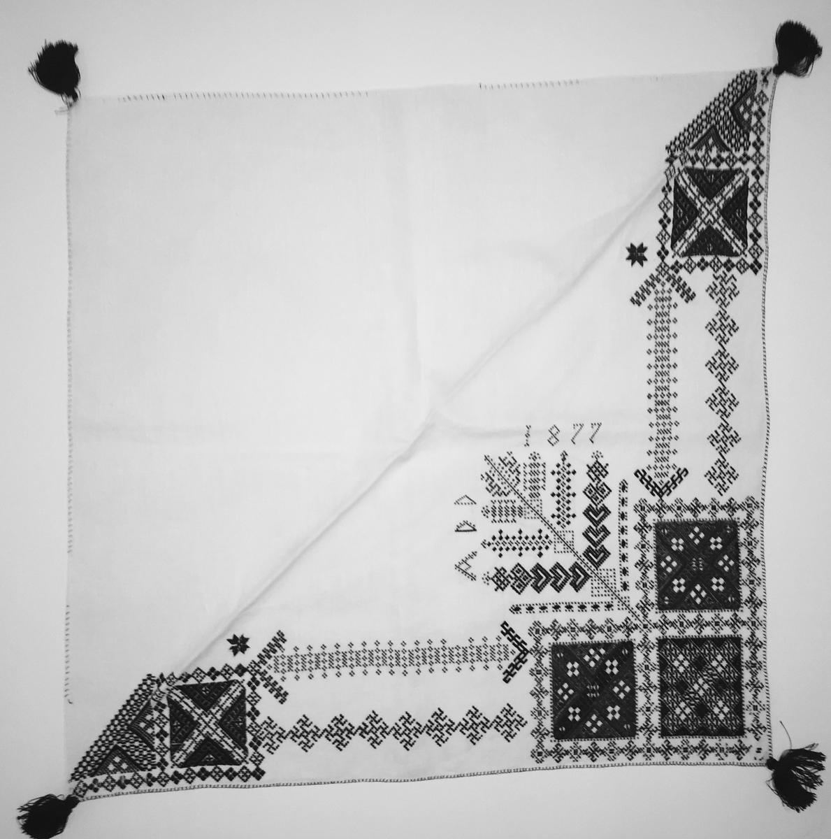 Geometriskt mönster i kvadrater i hörnen,  huvudsakligen i rätlinjig plattsöm. Två bårder mellan kvadraterna på ryggsnibb och framsnibbar.  På ryggsnibben tre kvadrater och en  majstångsspira samt märkning med årtal och initialer. På varje framsnibb en kvadrat och en trekant. Två ornament