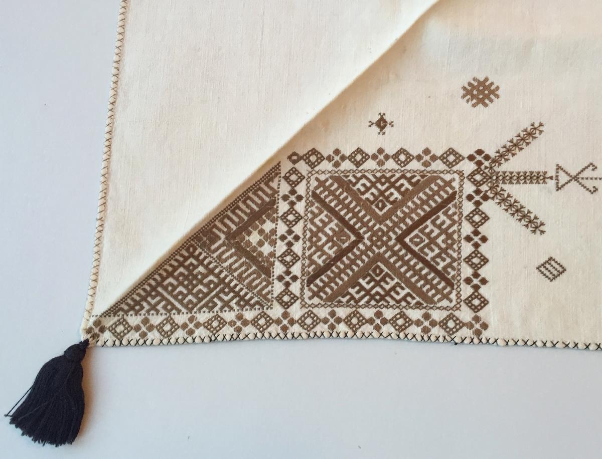 Geometriskt mönster i kvadrater i hörnen,  huvudsakligen i rätlinjig plattsöm. En bård  mellan kvadraterna på ryggsnibb och framsnibbar.  På ryggsnibben tre kvadrater och en  majstångsspira samt märkning med årtal och initialer. På varje framsnibb en kvadrat och en trekant. Tjugo ornament