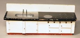 Vedspis och diskbänk i trä med ristade plattor och öppningsbara luckor.