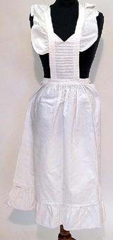 Vitt förkläde med bröstlapp, hängslen och knytband. Förklädet har sydda stråveck på bröstlappen.