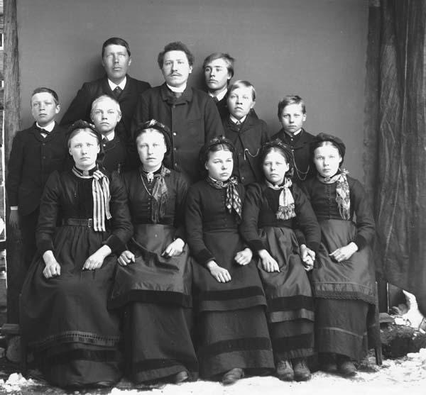 Gruppebilete 5 jenter, 6 gutar, 1 mann