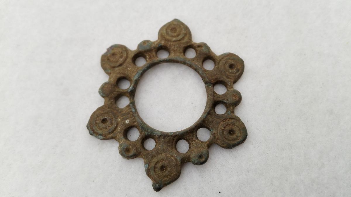 1 Sölje.  Liten sölje av bronce fundet for mange aar siden i en aker paa Berge i Fjærland. Naal mangler. Har 12 gjennemstemplete huller og paa 6 utstaaende knopper i kanten 2 concentriske cirkler med prikk i midten.  Gave fra Knut E. Berge, Fjærland.