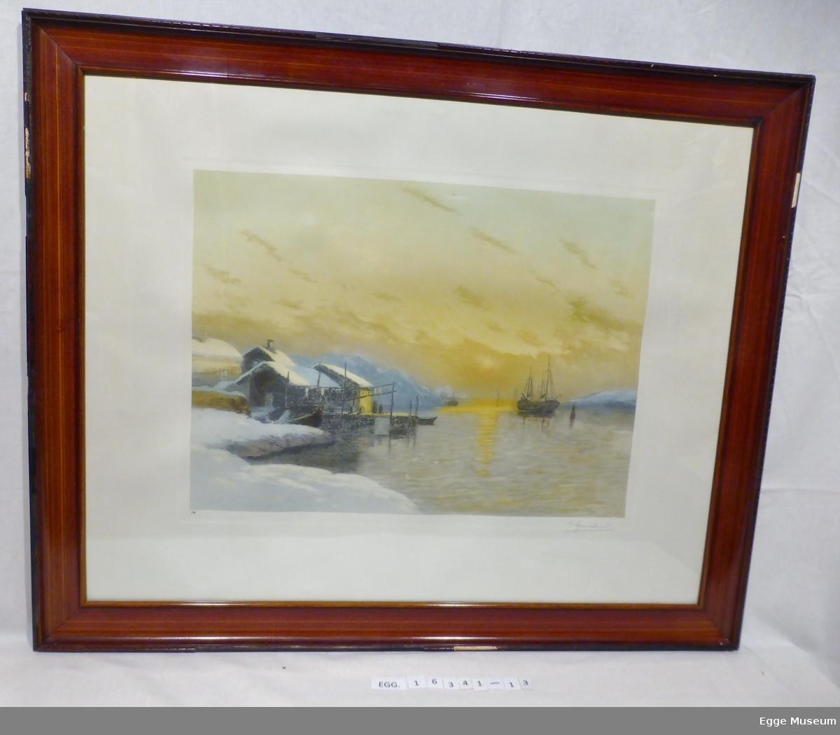 """Maleriet viser solnedgang over en snødekket bukt. Det ligger to fiskebåter på vannet, og lenger ut i bukta kan det skimtes flere master som forteller at det er flere båter i nærheten. De to båtene nærmest er fortøyd til en påle i vannet. Foran båtene ligger en robåt med to mennesker ombord, sannsynligvis fiskere som skal inn til land. Innerst i bukta ligger det ei kai i tilknyttelse til to bygninger. Bak kaia ligger det to bygninger til, disse med vinduer og pipe, noe som tilsier at det kan være bolighus.  Til venstre for kaia ligger det to robåter, en lent på skrå inntil kaia, og en oppned på bakken. Det ligger også en robåt på vannet på den andre siden av kaia. Oppå kaia står det to mennesker som kan se ut som en voksen og et barn. Nederst i bildet flyr det tre måker. Bildet er signert """"J. Grimlund""""."""