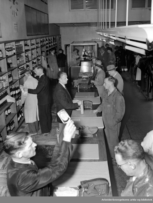 Vinmonopolets utsalg, Storgata 33. Interiør. Mai 1951