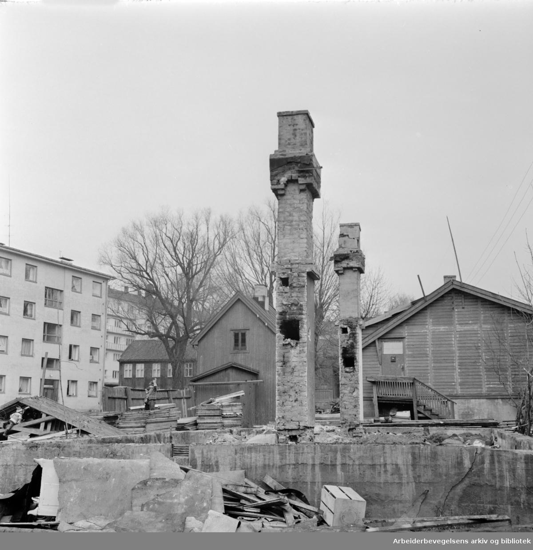 Vossegata. De gamle brakkene på Torshov skal rives. Mars 1964