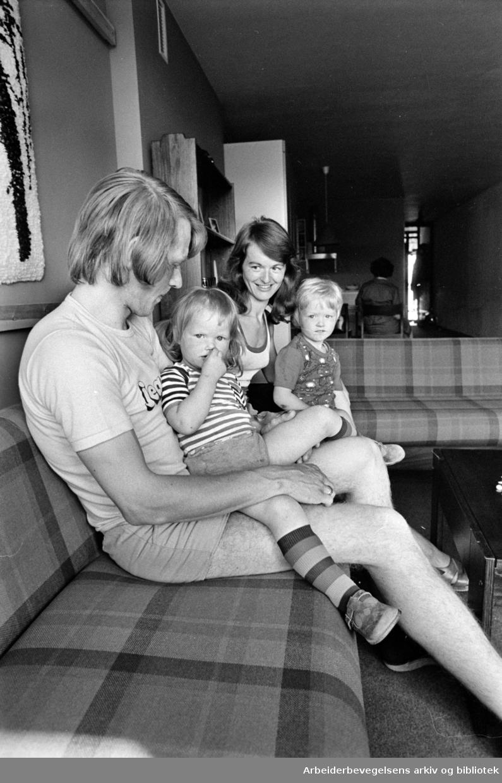 Yrkesskolens hybelbygg på Ankerløkka. Endre og Åshild Tansøy fra Florø bor i familieleilighet med barna Renate og Vidar. Renate og Vidar er godt skjermet mot trafikkstøy, men ønsker seg en lekeplass. Det er god plass til det i gårdsrommet. Juni 1976