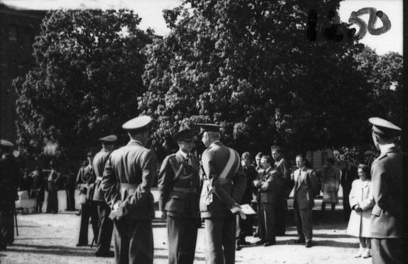 Jubileum 50 års, A 6. Överste Årmann samtalar med general Douglas.