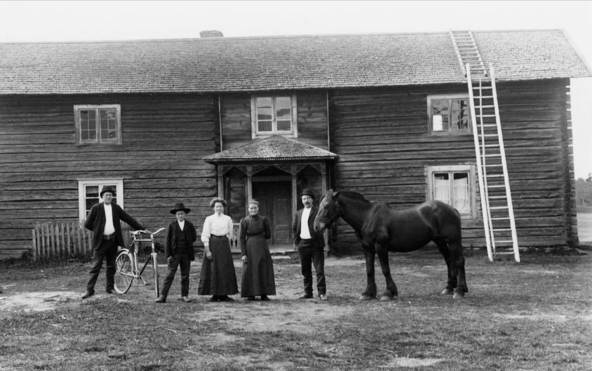 Lassargården. Två kvinnor, tre män och en häst