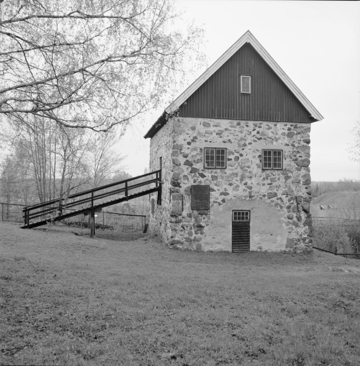 """Maskinhus uppfört 1727 för Mårten Triewalds """"eld- och luftmaskin"""", Dannemora Gruvor AB, Dannemora, Uppland maj 1991"""