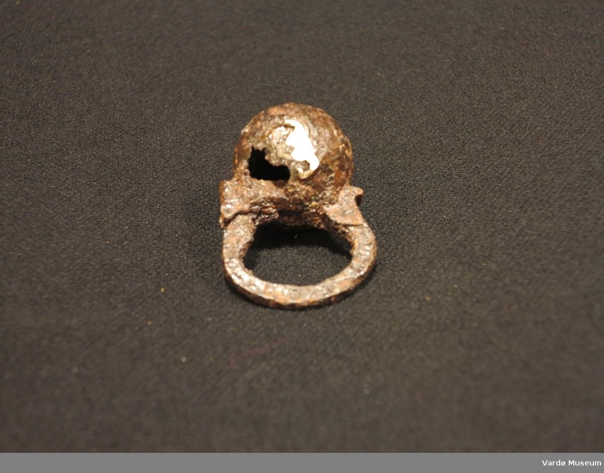 Kuleformet hengelås av jern. Lengde med løkke 7,6 cm. Lås 4,2 cm x 4,9 cm.