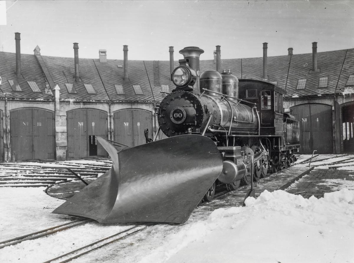 NSBs nyleverte damplokomotiv type 17a nr. 60 på svingskiven ved NSBs lokomotivstall på Brattøra i Trondheim.