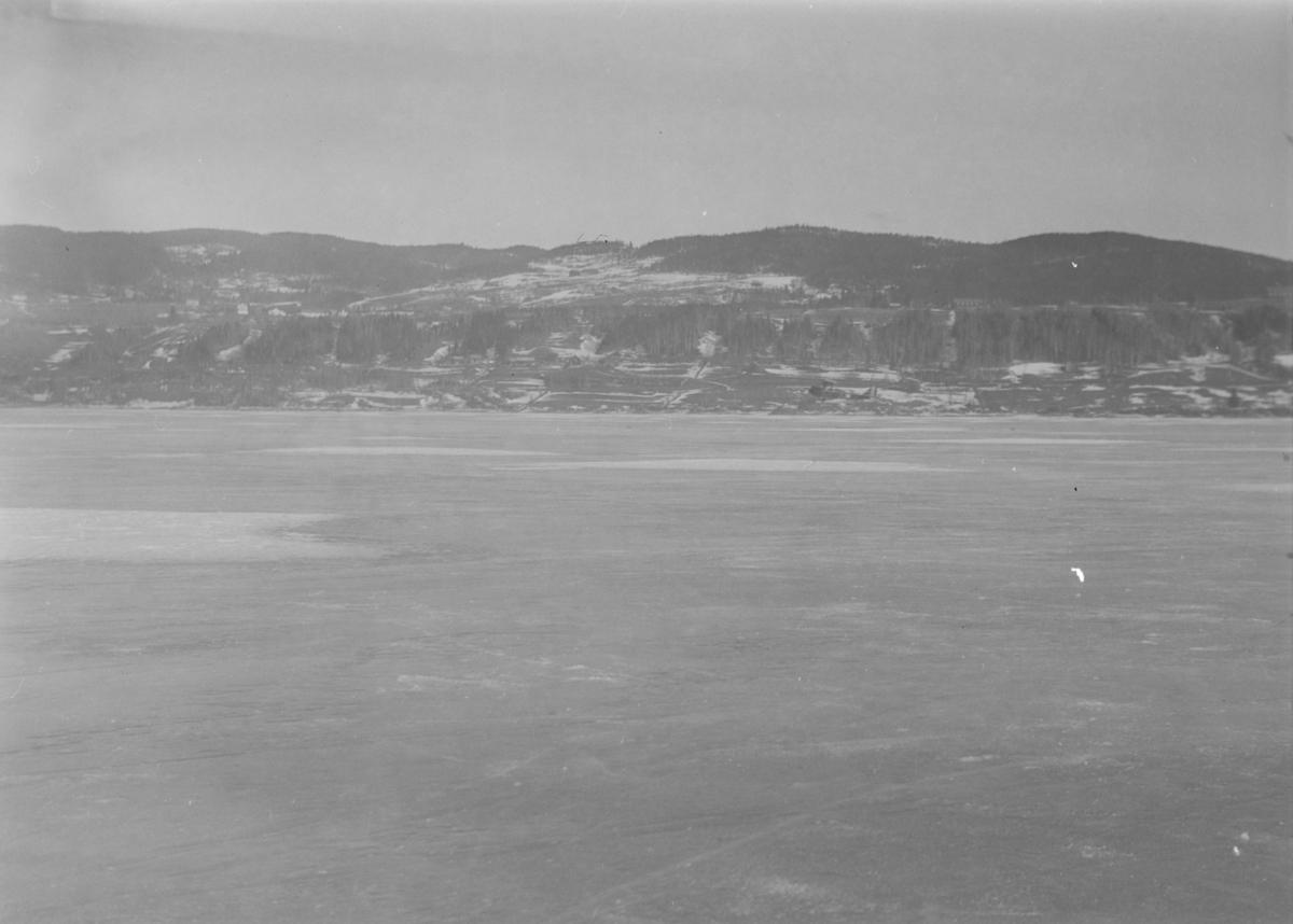 Fly over Mjøsisen ved Vingnes. Biplan.